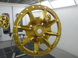 llantas doradas colgando